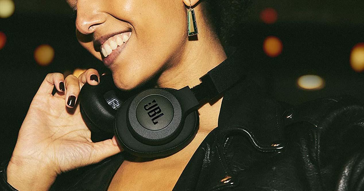 auriculares inalámbricos jbls que lleva una chica