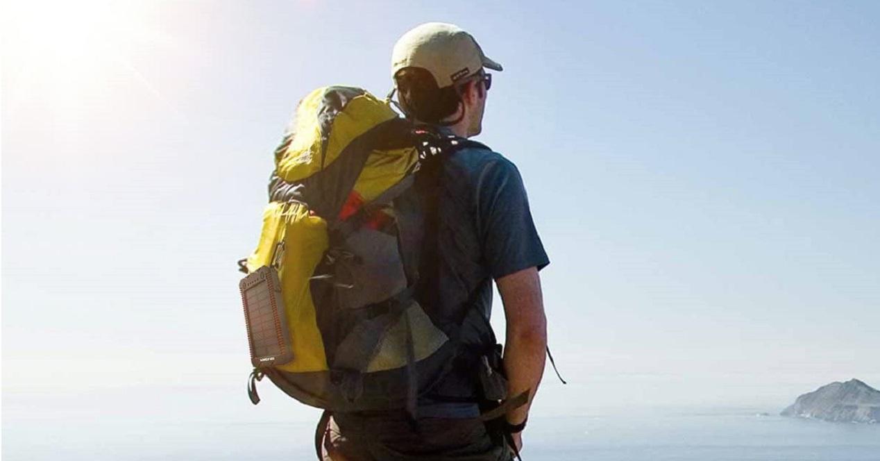 Persona practicando senderismo