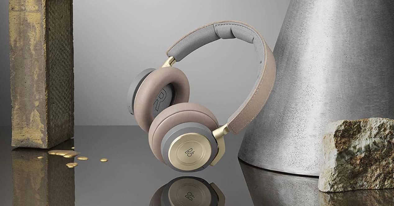 Auriculares Bang & Olufsen Beoplay H9 con fondo en una mesa