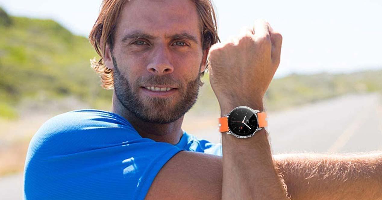 Samsung Galaxy Watch Active 2 con correa naranja