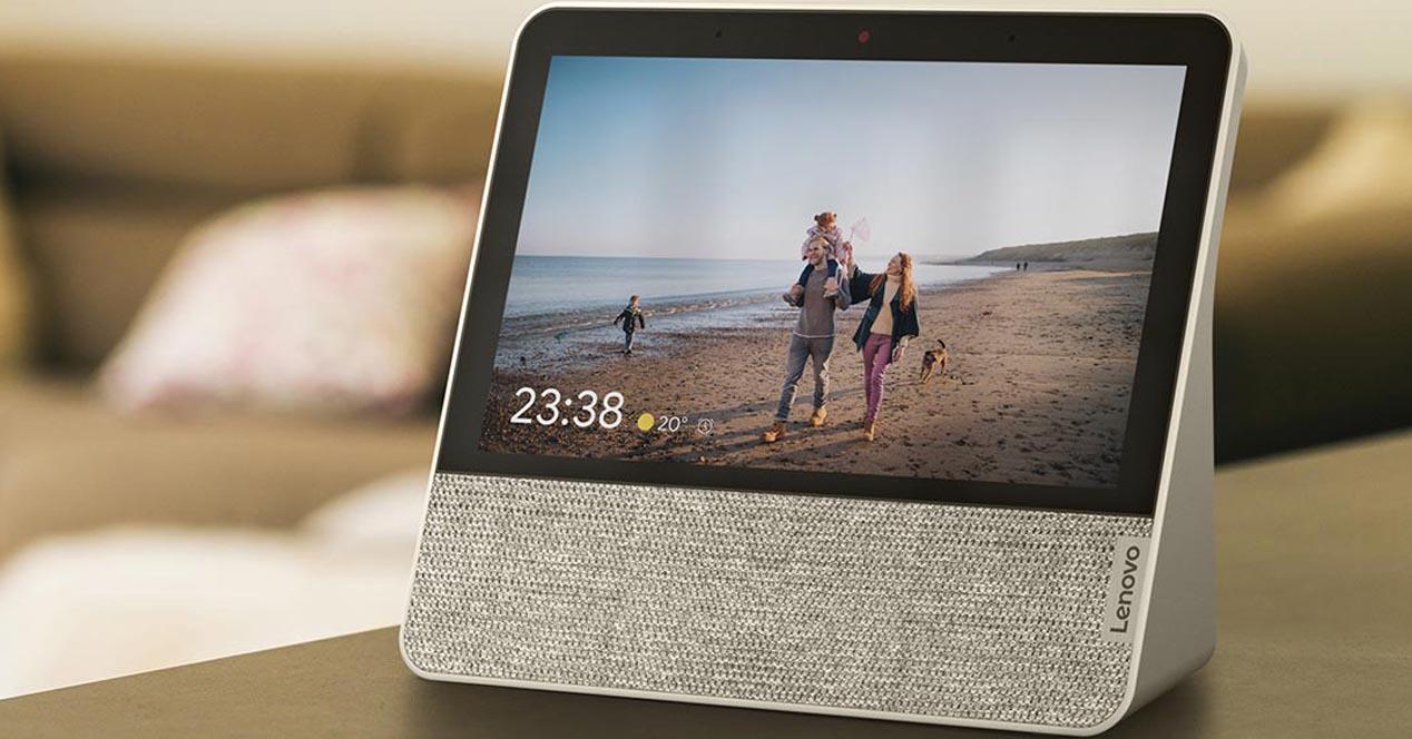 Lenovo Smart Display 7 en una mesa