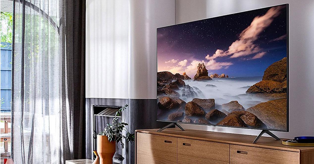 Smart TV Samsung QLED en una mesa