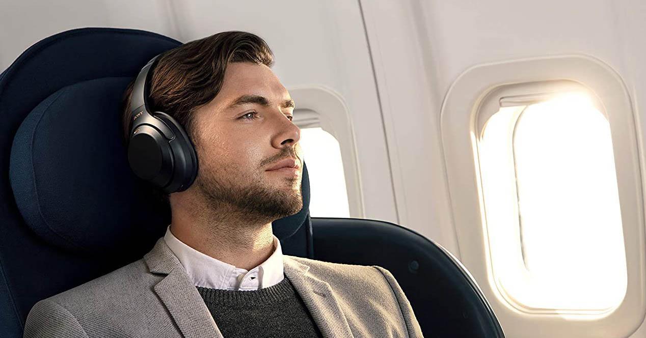 Sony WH1000XM3 y un hombre en el avion