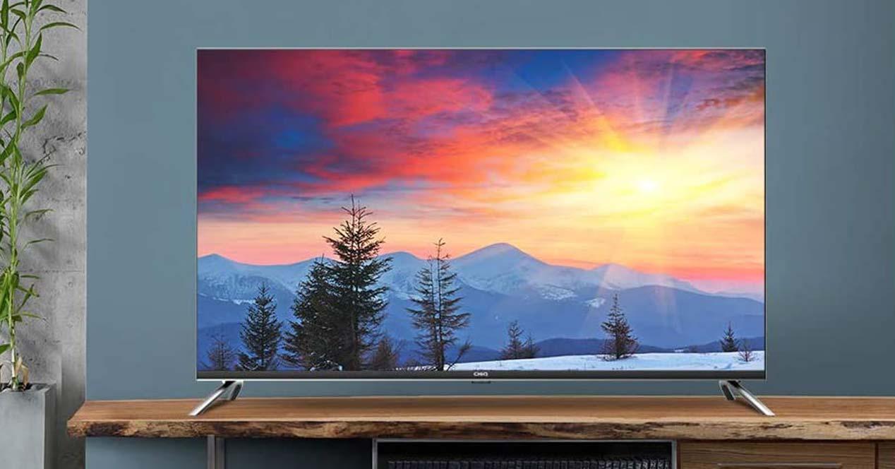 Smart TV CHiQ U50H7A en salón