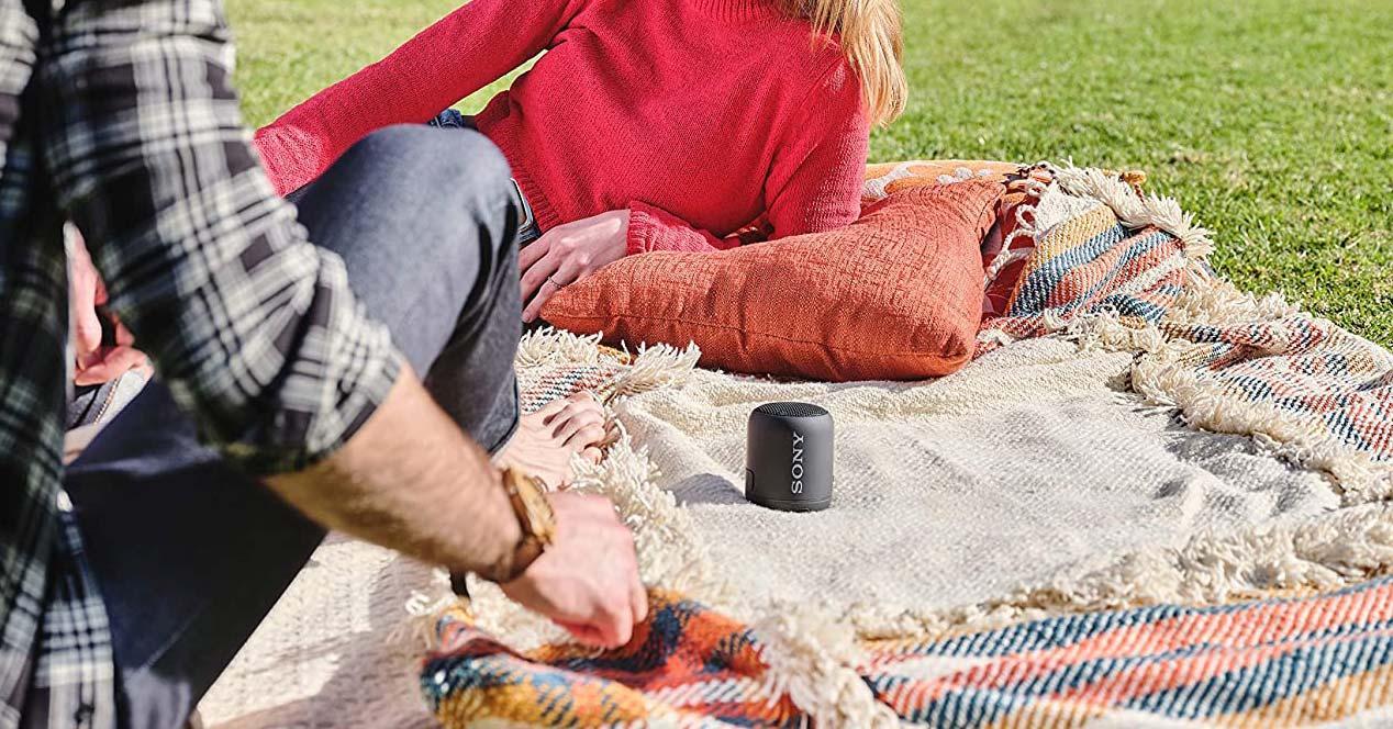 Uso de un altavoz Bluetooth pequeño en la calle
