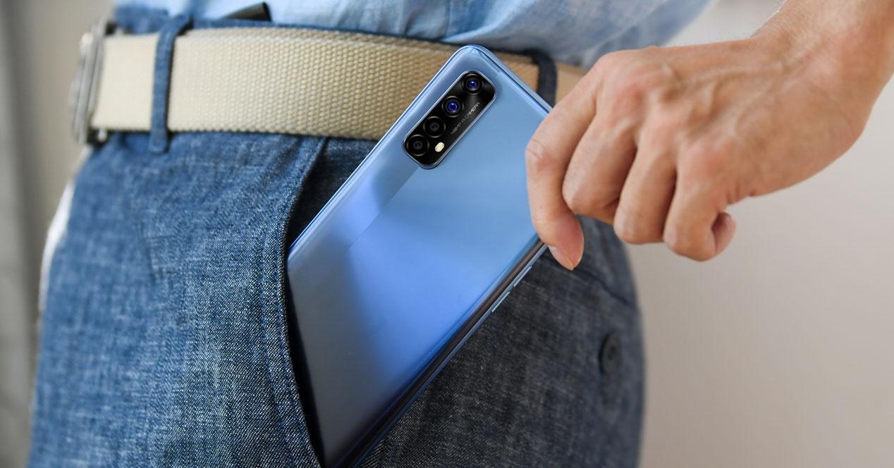 Teléfono realme en el bolsillo