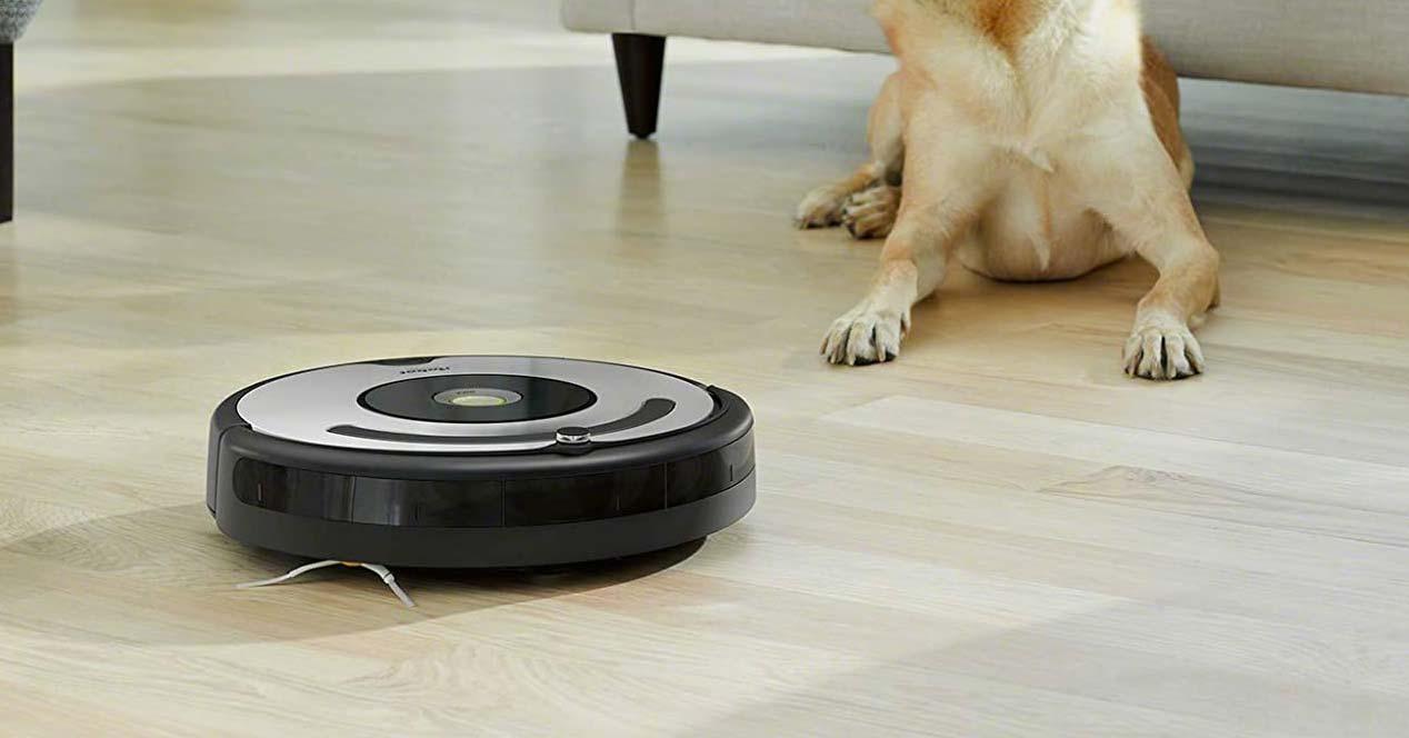 Robot Roomba 671 limpiando