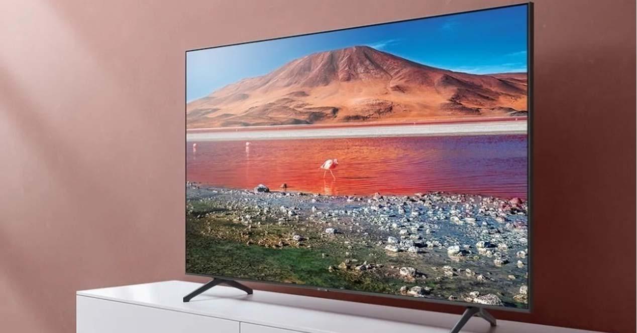 Smart TV Samsung en un mueble del salón