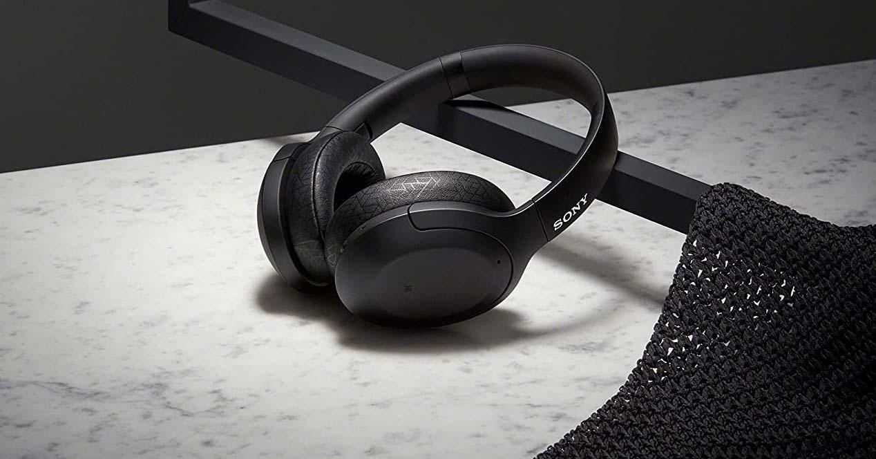Auriculares Sony WH-H910N en una mesa