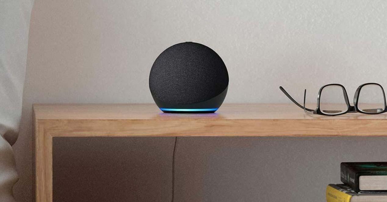 Altavoz Echo Dot en una mesa