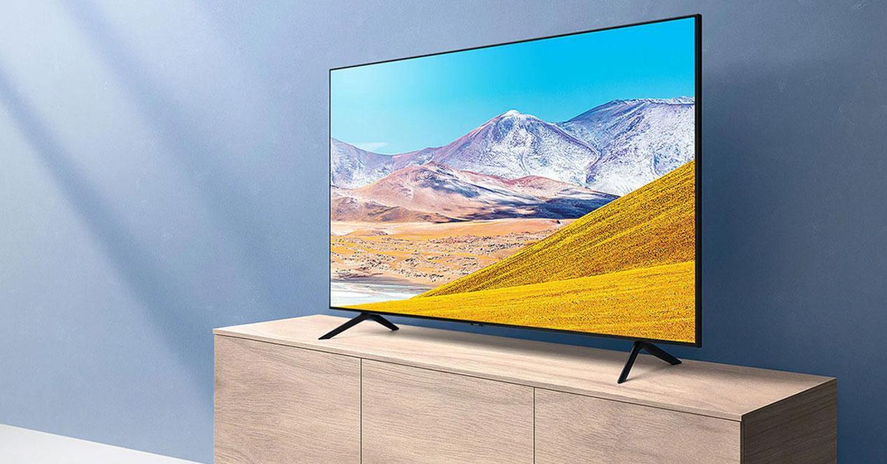 Smart TV Samsung 50TU8005 en un mueble