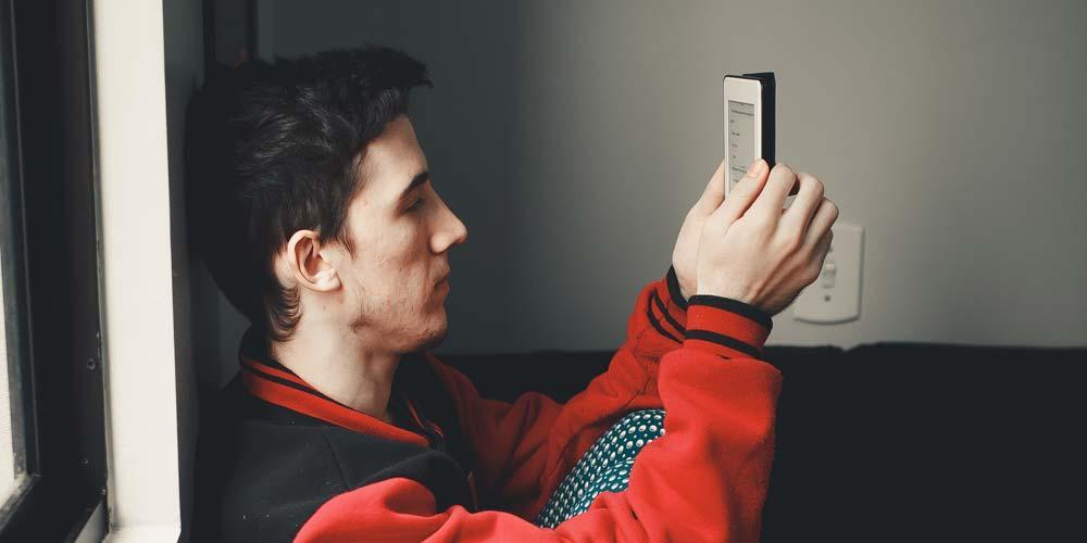 Uso de libro Kindle por un chico