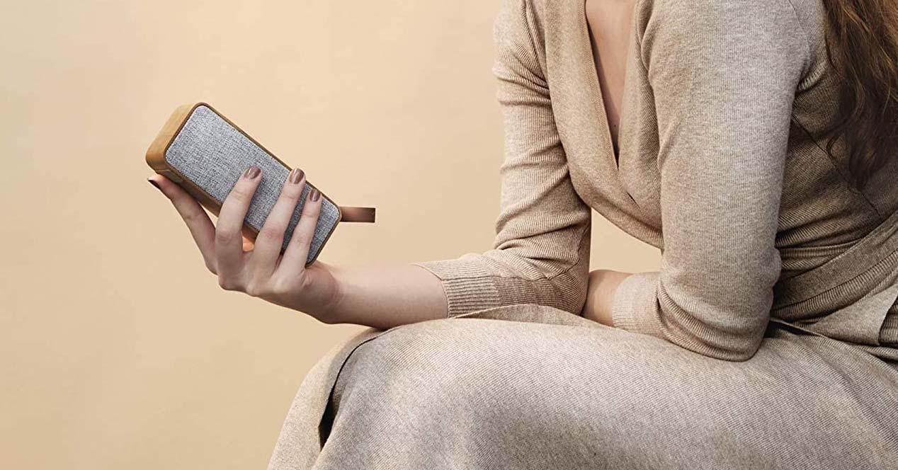 Altavoz Bluetooth en la mano