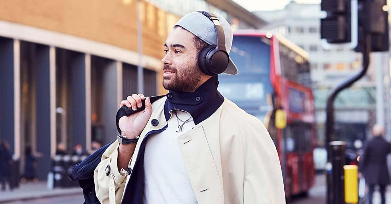 Chico utilizando auriculares de diadema