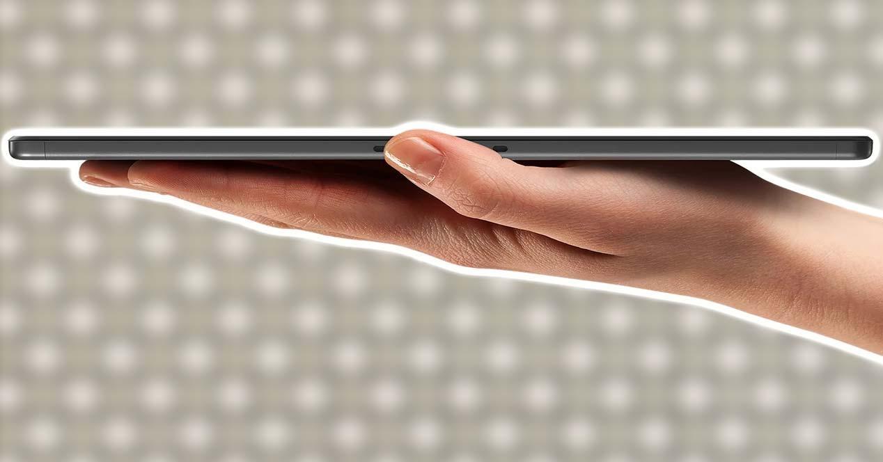 Tablet Lenovo Tab M10 Plus en la mano
