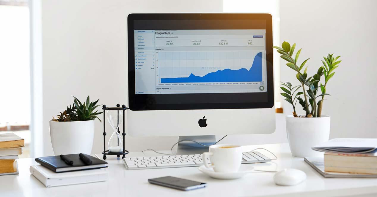 Apple iMac en el escritorio