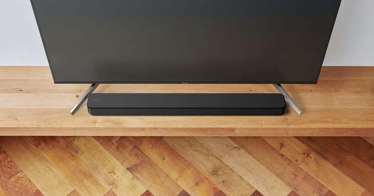 Barra de sonido junto a Smart TV