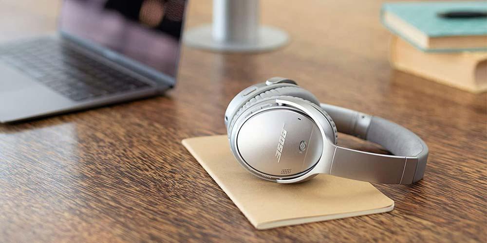 Cascos compatibles con Alexa en una mesa