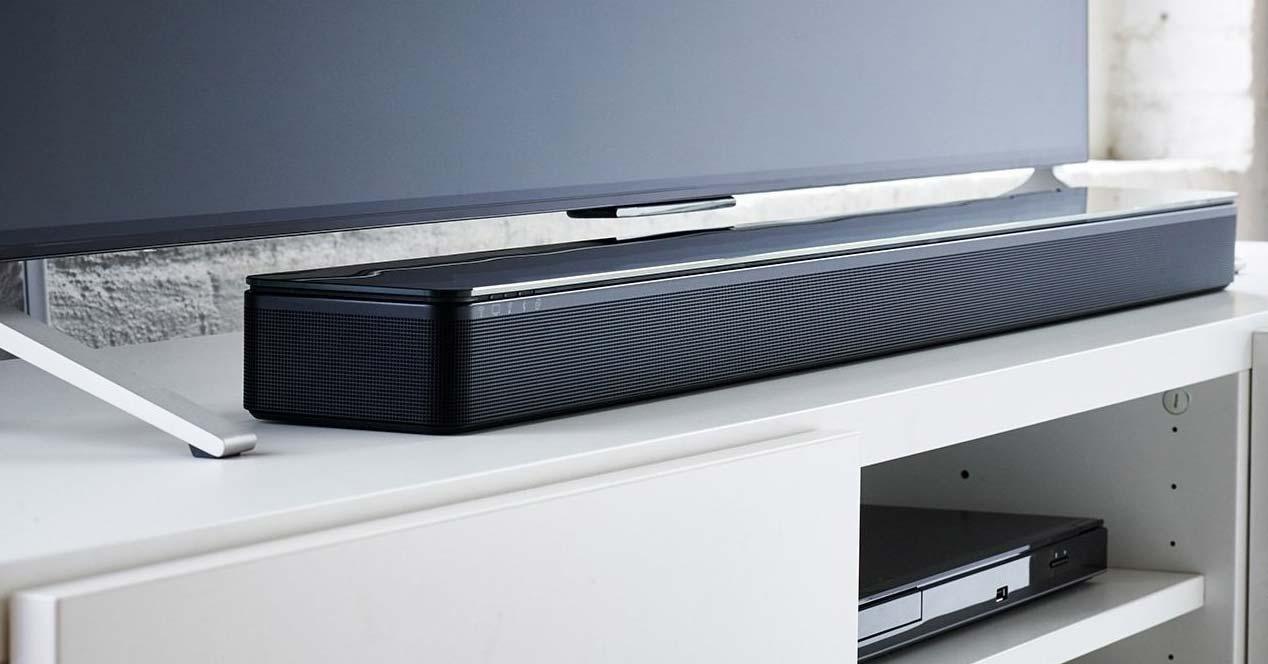 Barra de sonido Bose Smart SoundBar 300 en una mesa