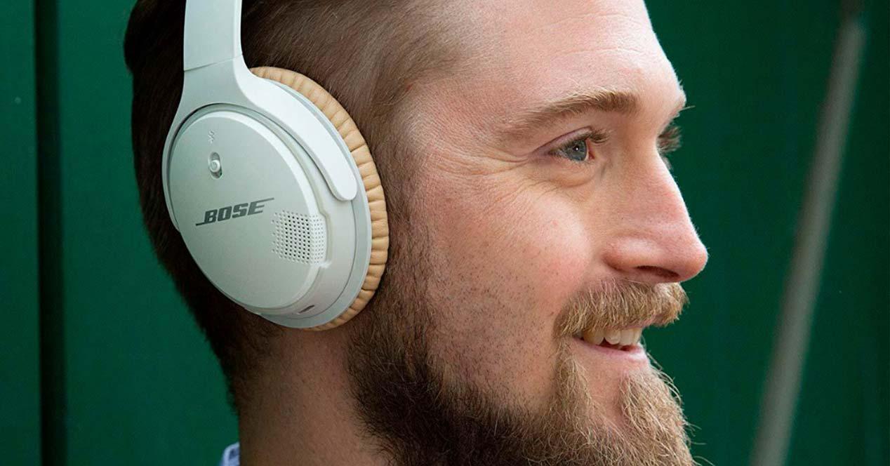 Chico utilizando unos auriculares Bose Bluetooth