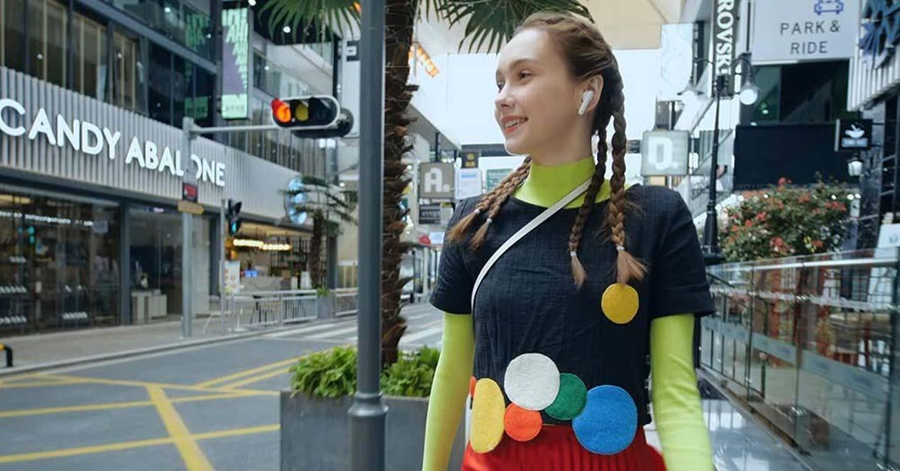 Chica utilizando auriculares de Huawei