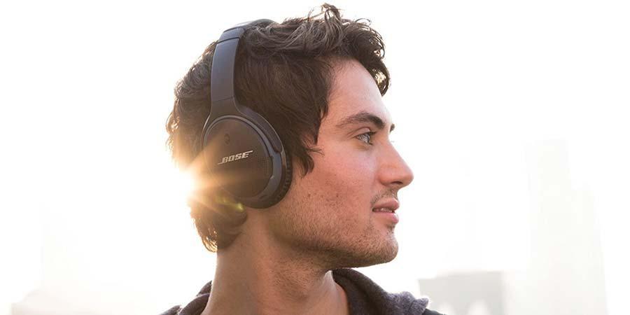 Chico utilizando unos auriculares Bose