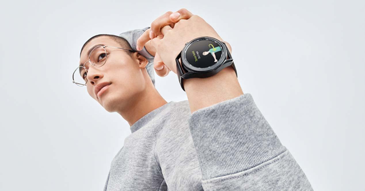 Chico utilizando un Samsung Galaxy Watch3