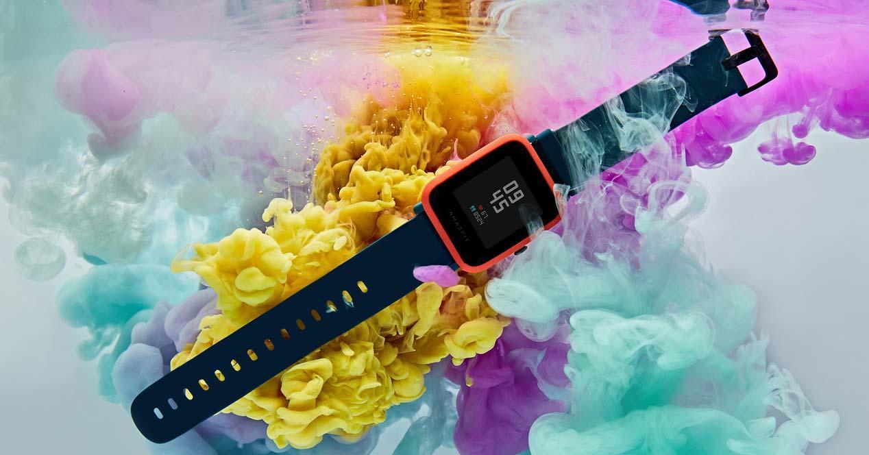Smartwatch Amazfit Bip S con fondo de colores