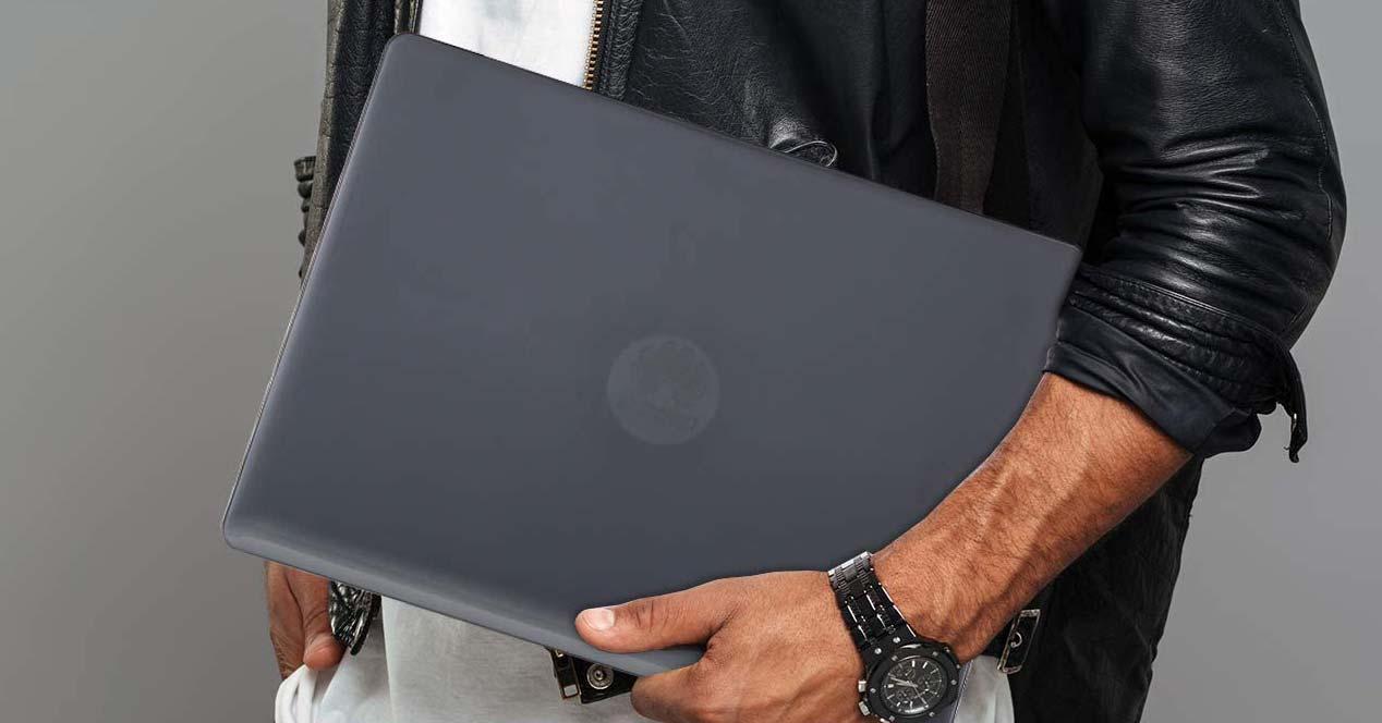 Huawei Matebook en el brazo