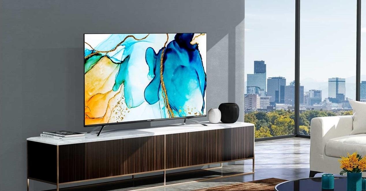 televisión encendida en un salón
