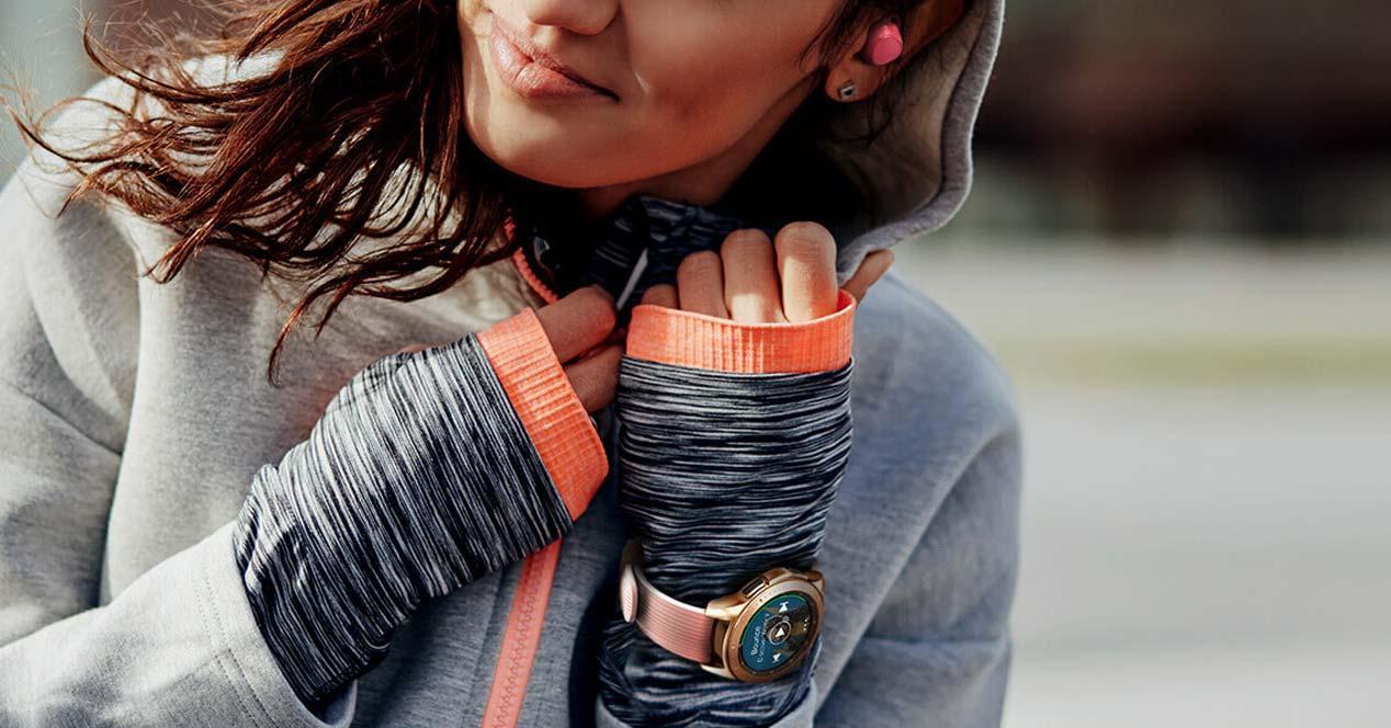 Chica usando un Smartwatch