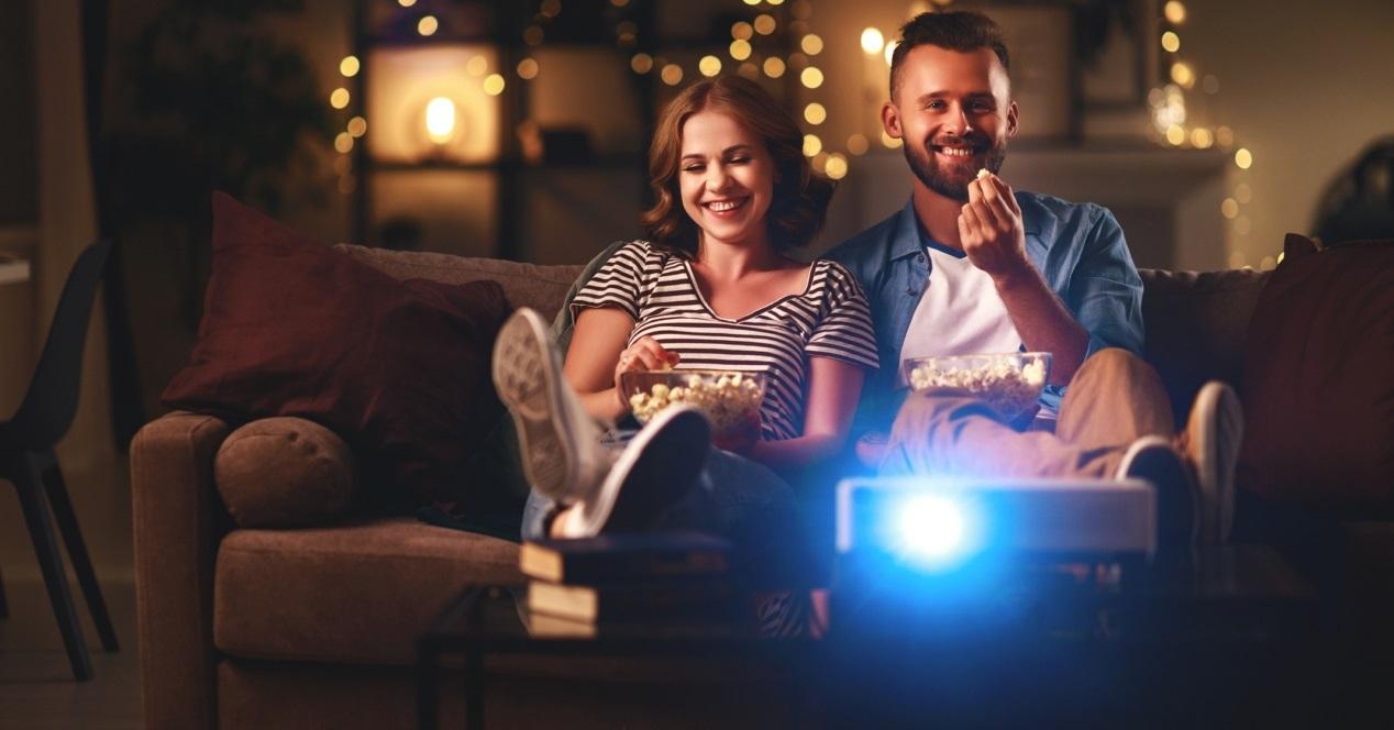 proyector y gente viendo una peli