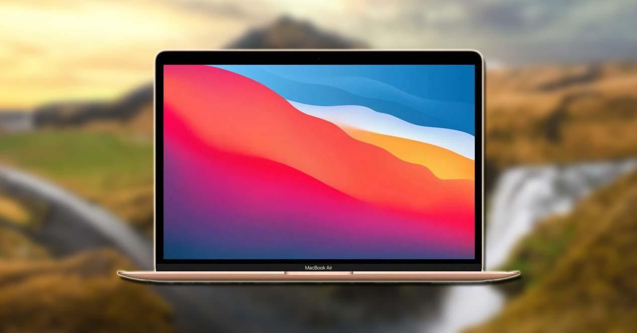 Portátil de Apple con fondo de montaña