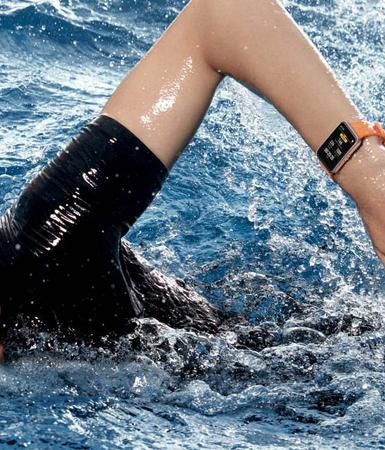 Uso de un smartwatch nadando
