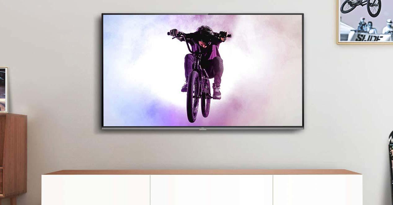 Smart TV TCL 65EP658colgada en la pared