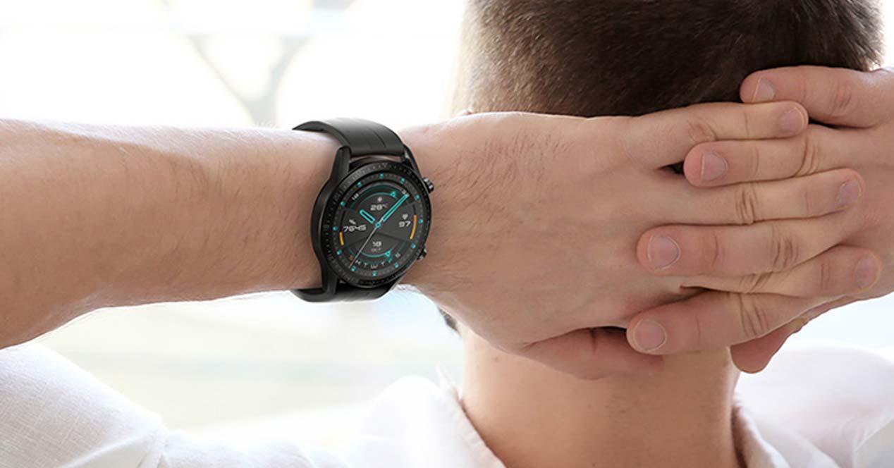 Chico utilizando un smartwatch Huawei