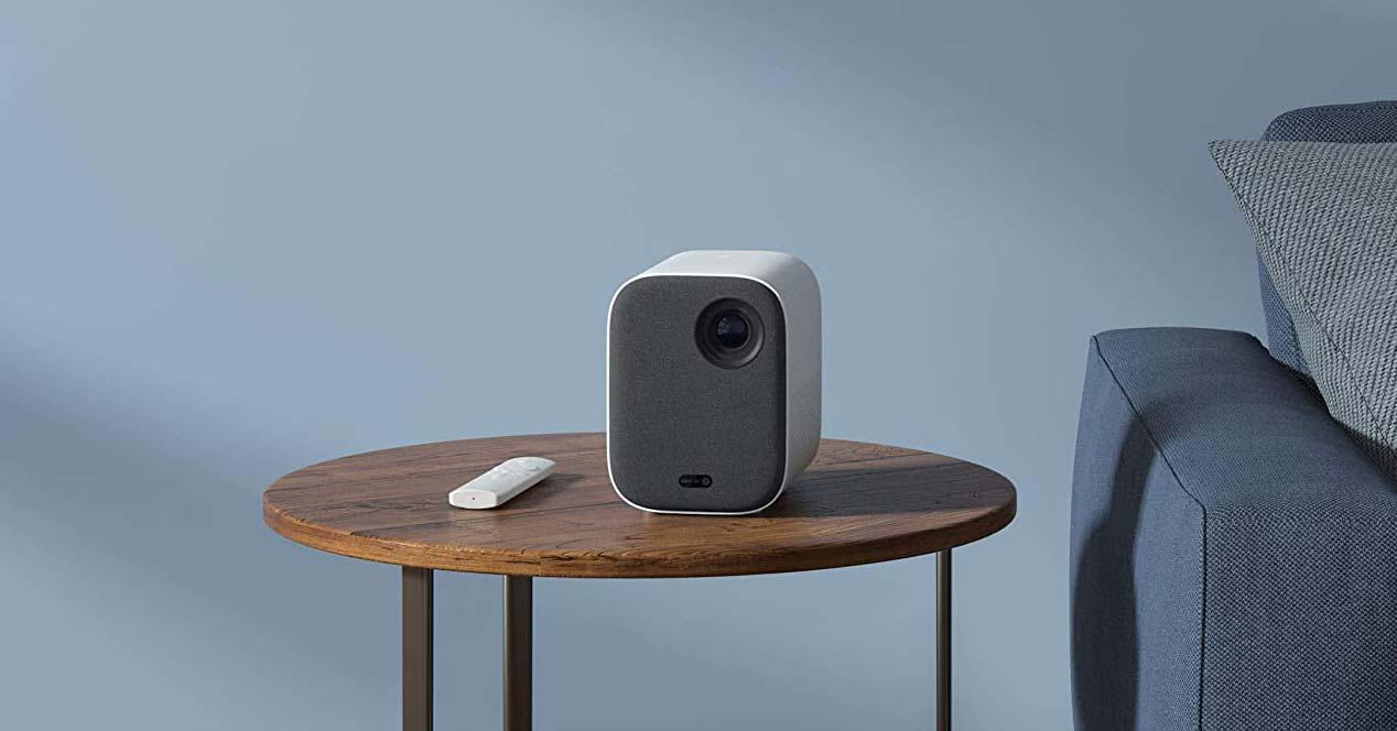Proyector Xiaomi Mi Smart Compact Proyector en una mesa