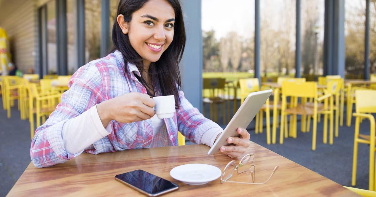 Chica utilizando un tablet