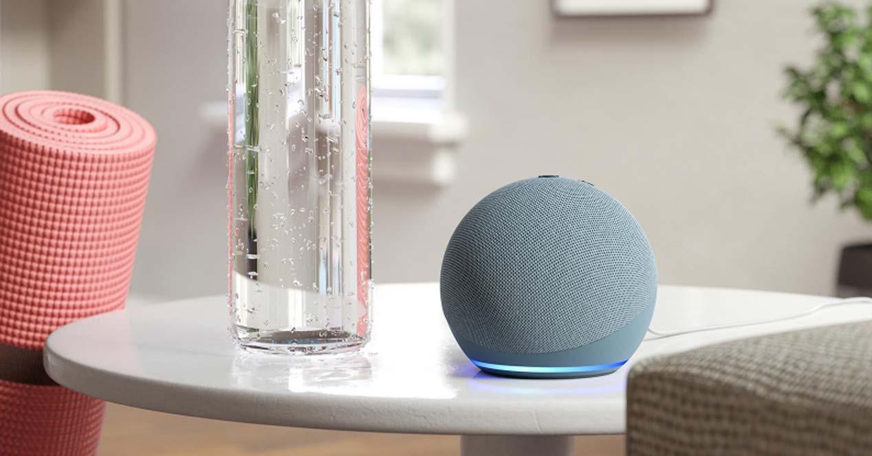 Altavoz Amazon Echo Dot en una mesa