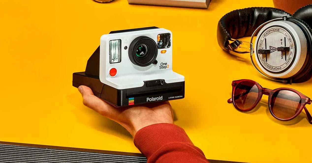 Polaroid OneStep 2 en la mano