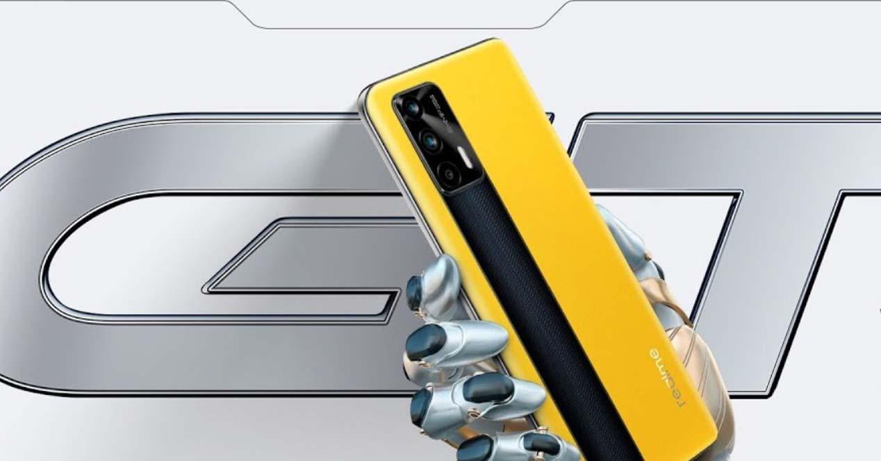Teléfono realme GT de color amarillo