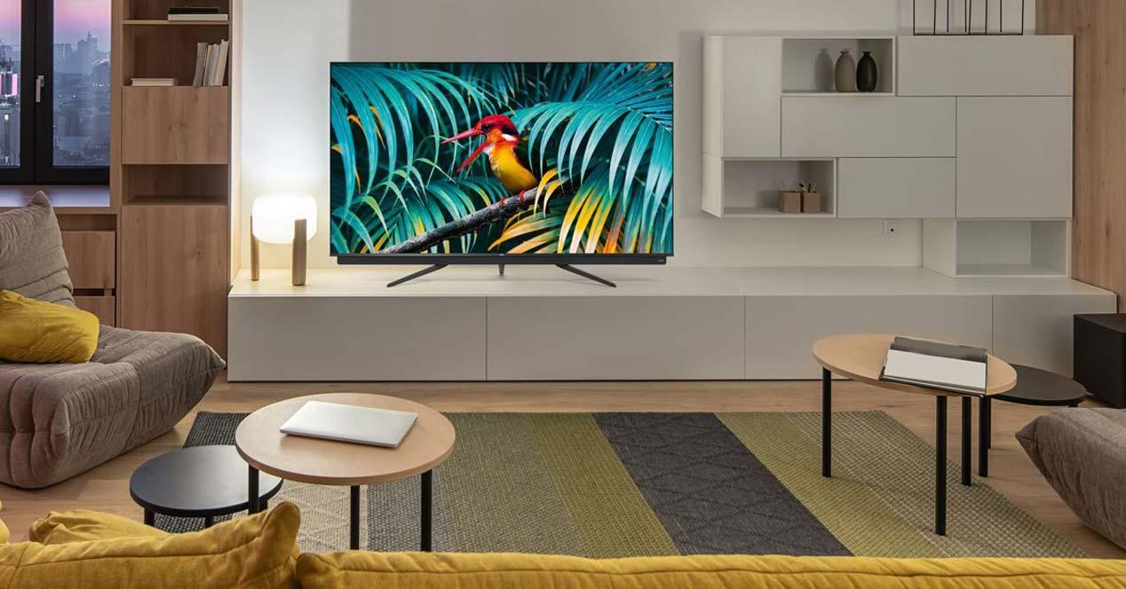 Smart TV TCL en una mesa