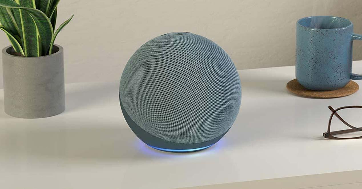 Amazon Echo gris en una mesa