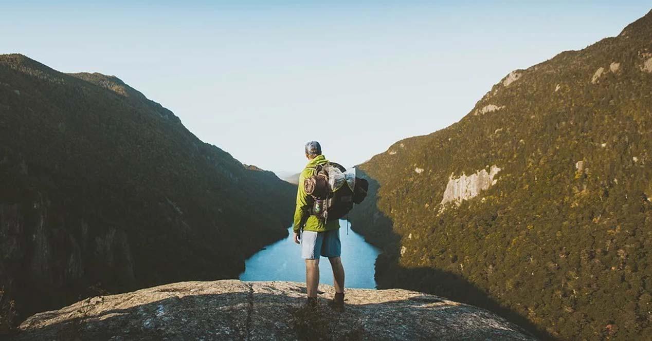 Chico de aventura en la montaña