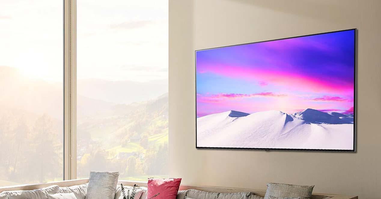Smart TV LG colgada en la pared