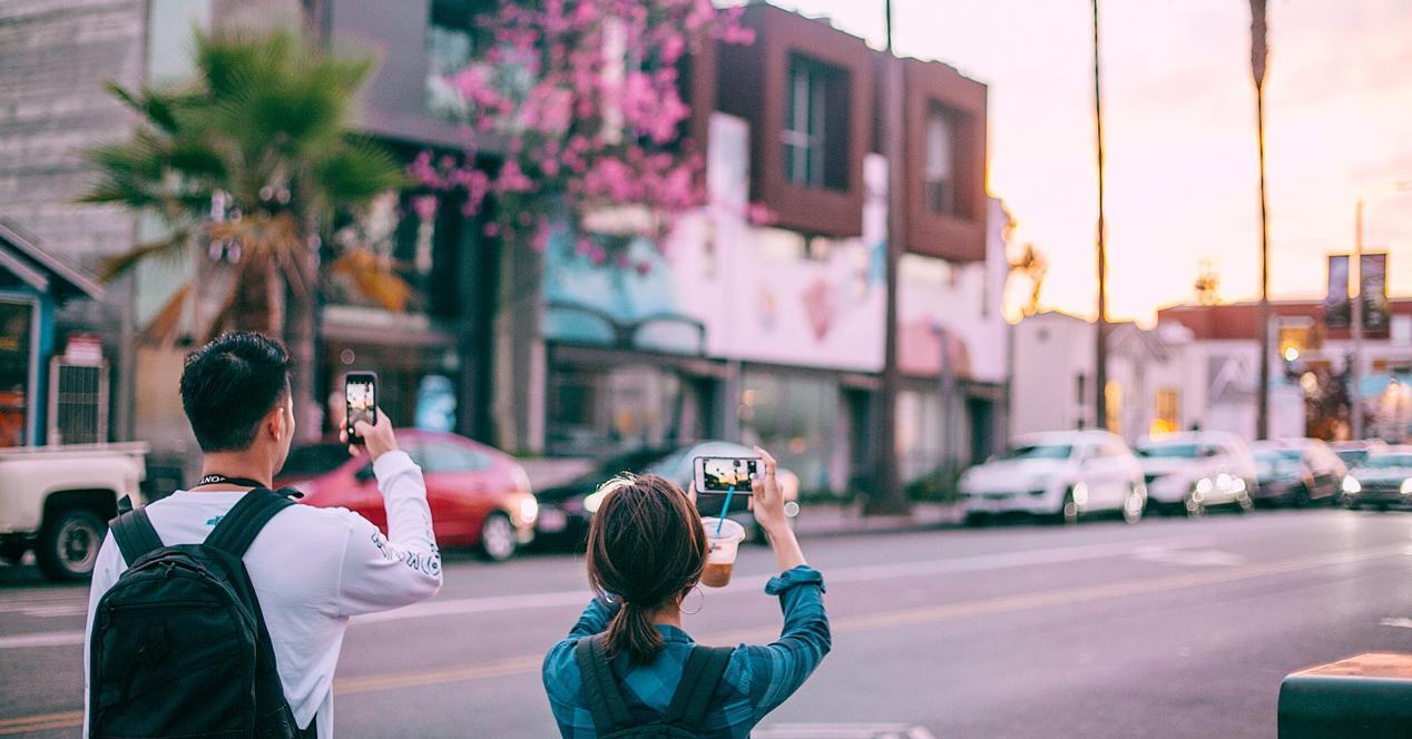 personas haciendo fotos de vaciones