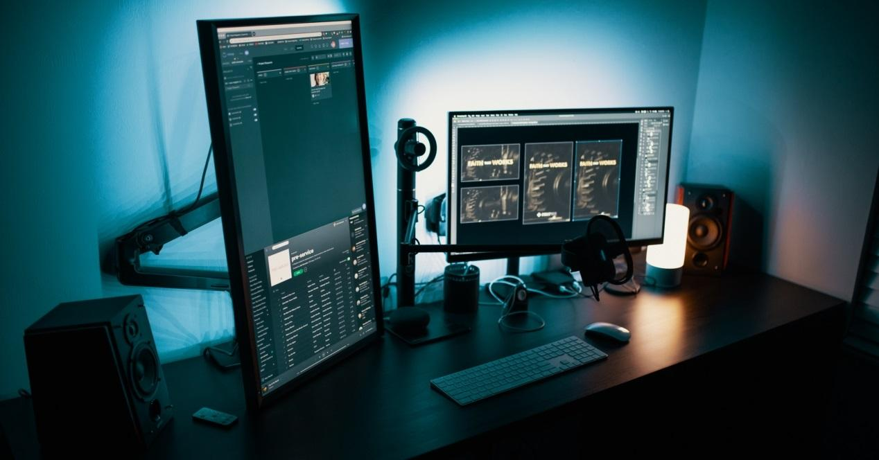ordenador y altavoces