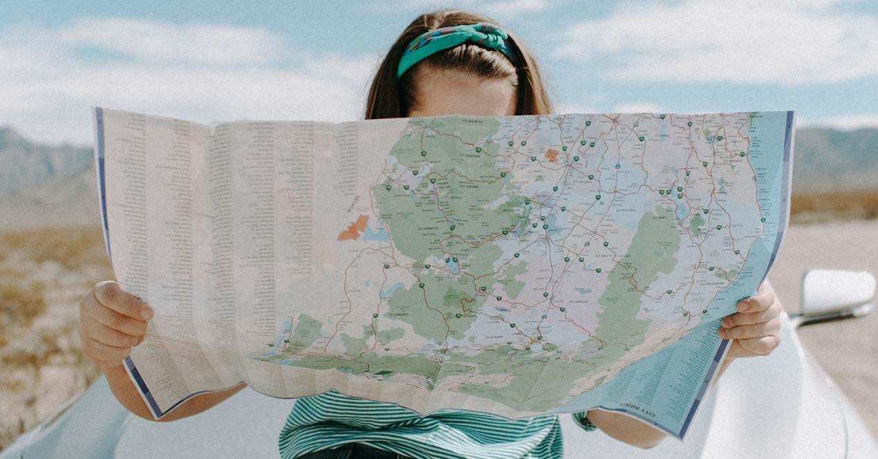 Chica con un mapa de carreteras