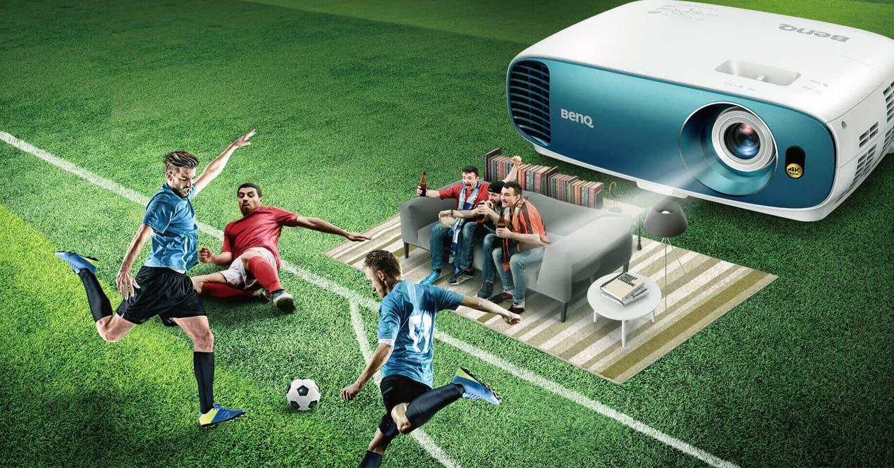 Proyector 4K BenQ TK800M con fondo de fútbol