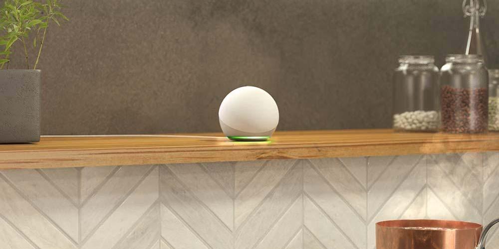 Altavoz Amazon Echo Dot colocado en la cocina